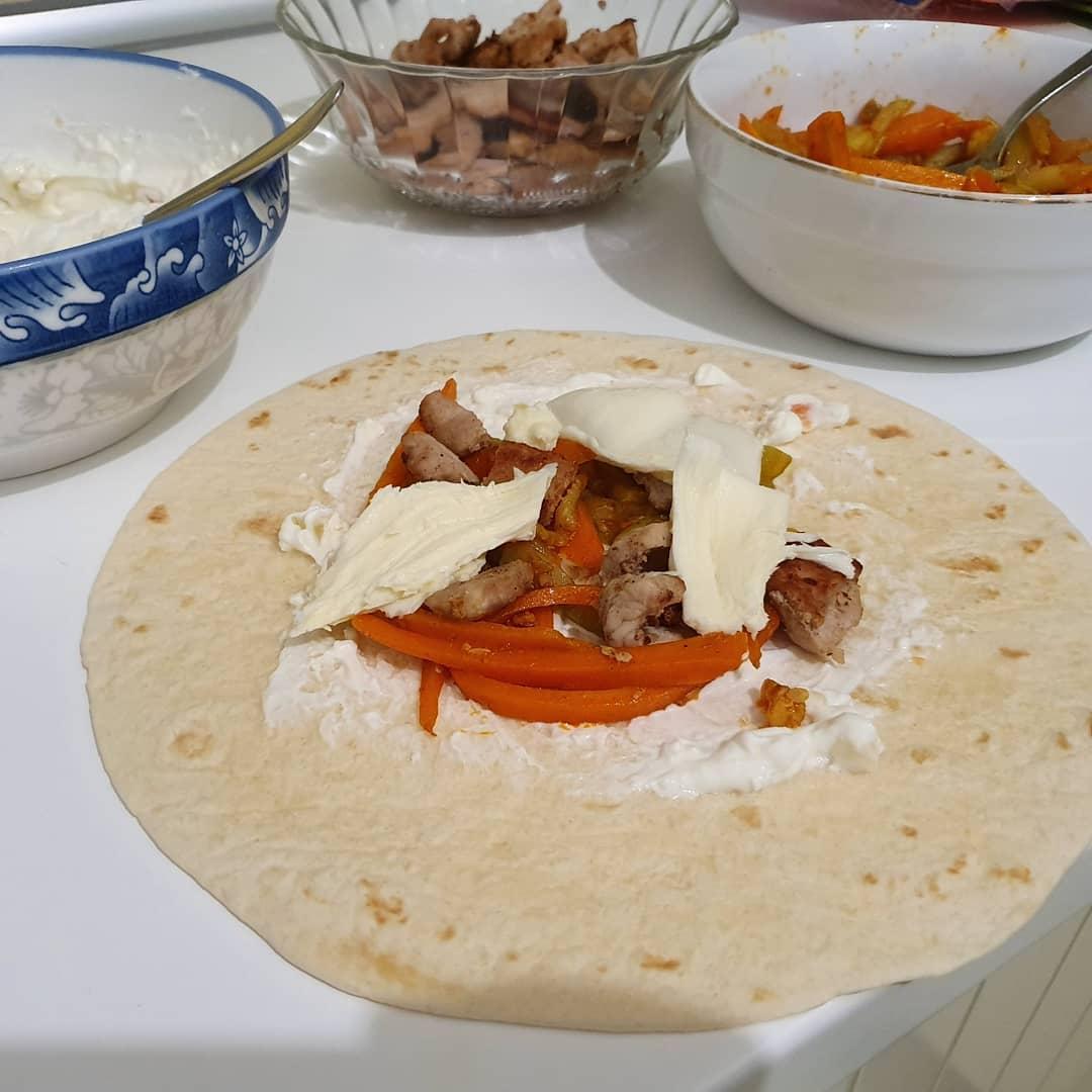 Mini wraps with pork, zucchini, carrots and mozzarella. Did a